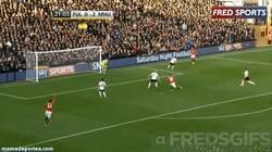 Enlace a GIF: Rooney engaña al defensa para meter el gol