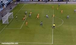 Enlace a GIF: El golazo de chilena de Marchena al Real Madrid Castilla