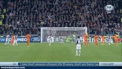 Enlace a GIF: El golazo de penalti de Vidal, ¿por qué no lo habrá tirado Pirlo?