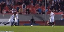 Enlace a GIF: Golazo de falta de Perotti en Europa League