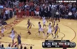 Enlace a GIF: Buzzer beater de Blake en la cara de Howard que le da la victoria a los Lakers