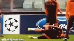 Enlace a GIF: Sergio Ramos marcándose un Neymar