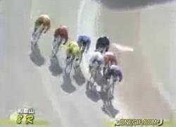 Enlace a GIF: Y con el cabezazo del de rosa se acaba la carrera