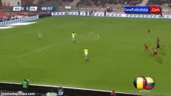 Enlace a GIF: Falcao dribla y golazo contra Bélgica ante la mirada de Mou