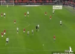 Enlace a GIF: La gran definición de Alexis para el 2-0 sobre Inglaterra