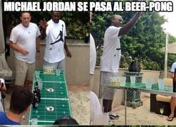 Enlace a Michael Jordan se pasa al Beer-pong