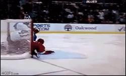 Enlace a GIF: Sorpresas en el hockey