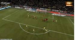 Enlace a GIF: Ibrahimovic pone emoción al partido con este golazo de falta