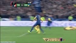 Enlace a GIF: Gol en propia puerta de Ucrania. ¿Cuánto le habrá pagado Platini?