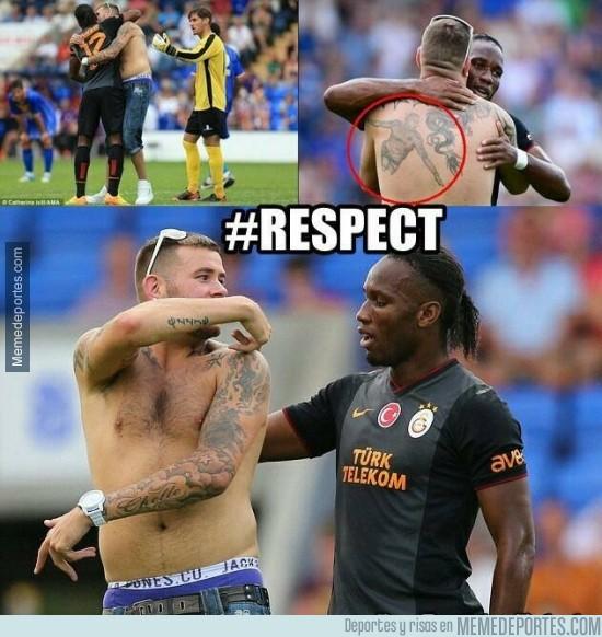 213783 - Un fan del Galatasaray se tatúa a Drogba en la espalda
