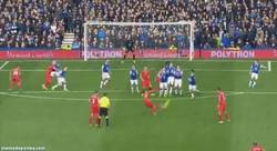 Enlace a GIF: Golazo de falta de Luis Suárez vs Everton