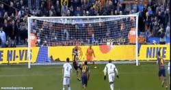 Enlace a GIF: El primer gol de Iniesta en liga