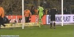 Enlace a GIF: Los fans del Dortmund le lanzan bananas a Neuer