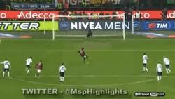 Enlace a GIF: Balotelli falla el 2º penalti de su carrera