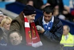 Enlace a Cuando el respeto supera cualquier rivalidad. Fanático del Everton ayudando a uno del Liverpool.
