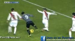 Enlace a GIF: Un depredador del área. Tercer gol de Sergio García para culminar su hat-trick