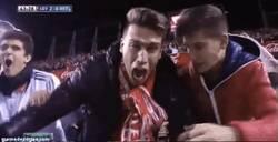 Enlace a GIF: Sevilla se vuelve loca con el gol de M´Bia