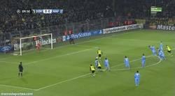 Enlace a GIF: Y se adelanta el Borussia con este gol de Reus de penalty