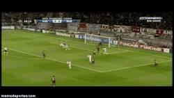 Enlace a GIF: ¿Conoces a Serero? Pues acaba de confirmar con un gol el baño del Ajax al Barça