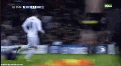 Enlace a GIF: No sólo Neymar falla goles cantados, Bale se apunta a la moda