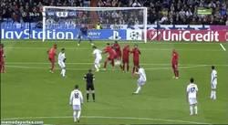 Enlace a GIF: ¿Golazo de falta de Gareth Bale o se la come el portero?