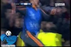 Enlace a GIF: Xabi Alonso se vuelve loco con el gol de Arbeloa. Esto no pasa cada día