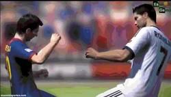 Enlace a GIF: Messi y Cristiano se pelean incluso en el FIFA 14