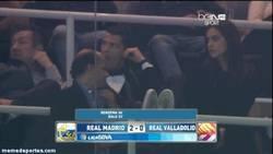 Enlace a GIF: Cristiano casi se duerme con el partido del Madrid