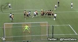 Enlace a GIF: Golazo de falta del capitán fantástico, Gerrard, en los 15 años de su debut