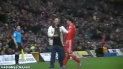 Enlace a GIF: Fan del Liverpool abraza a Suárez y les da un regalo a los fans del Norwich City
