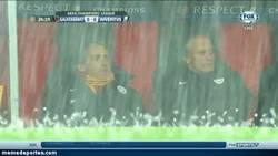 Enlace a GIF: Mancini, quédate ahí dentro, que si sales al campo, se te abolla la cabeza