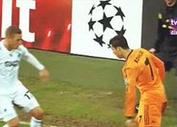 Enlace a GIF: Regate con caño de CR7 ¡this is football!