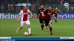 Enlace a GIF: Hay rojas merecidas, y luego está ésta a Riccardo Montolivo por esta falta