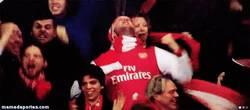 Enlace a GIF: Celebración de los fans del arsenal tras el gol de walcott