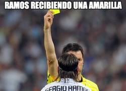 Enlace a Sergio Ramos recibiendo una amarilla