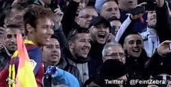 Enlace a GIF: Neymar ya conecta con la grada del Camp Nou