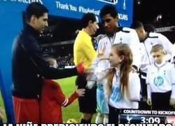 Enlace a La niña amiga de Luis Suárez ya predijo el resultado en su saludo