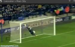 Enlace a GIF: Golazo de falta de Kolarov contra el Leicester