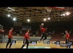 Enlace a GIF: Equipo de fútbol y de baloncesto del Bayern jugando juntos