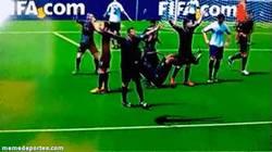 Enlace a GIF: Ese momento en el que estás jugando al FIFA y un jugador celebra su gol así