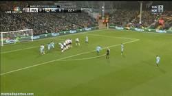 Enlace a GIF: Golazo de falta de Yaya Touré y ya van cuatro. Cuidadito, Barça
