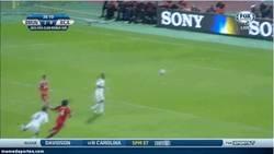 Enlace a GIF: Fail de Neuer contra el Rajá que casi acaba en gol