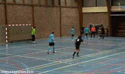 Enlace a GIF: Buen control del balón en futsal
