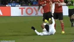 Enlace a GIF: Ésta fue la acción anti-deportiva de Dinho por la cual se ganó la roja