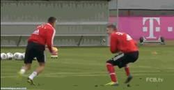 Enlace a GIF: Así se divierten los jugadores del Bayern en los entrenamientos