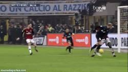Enlace a GIF: El golazo de Palacio de tacón que le da la victoria al Inter en el Derby