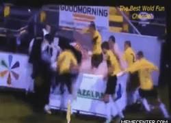 Enlace a GIF: Curiosa celebración del NAC Breda tras ganar el partido