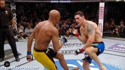 Enlace a GIF: Momento exacto de la espeluznante lesión de Anderson Silva