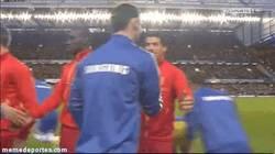 Enlace a GIF: El esperado saludo entre Luis Suárez e Ivanovic, que no le guarda rencor parece ser