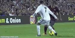 Enlace a GIF: El caño de Alves a Cristiano, el detalle de la Liga según MARCA del 2013